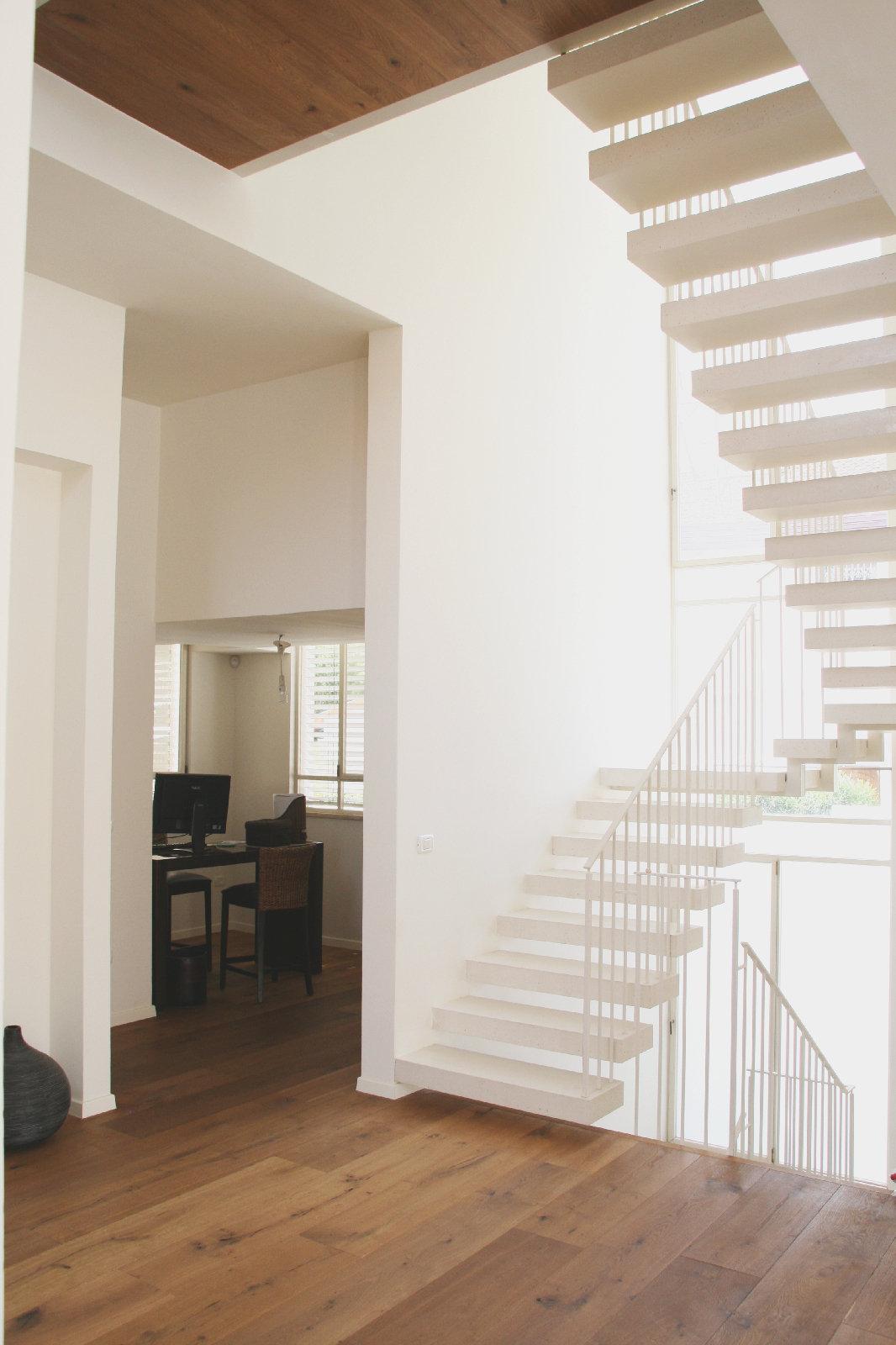 מדרגות בטון לבן תלויות ופרקט עץ מלא. בחירת חומרי גמר