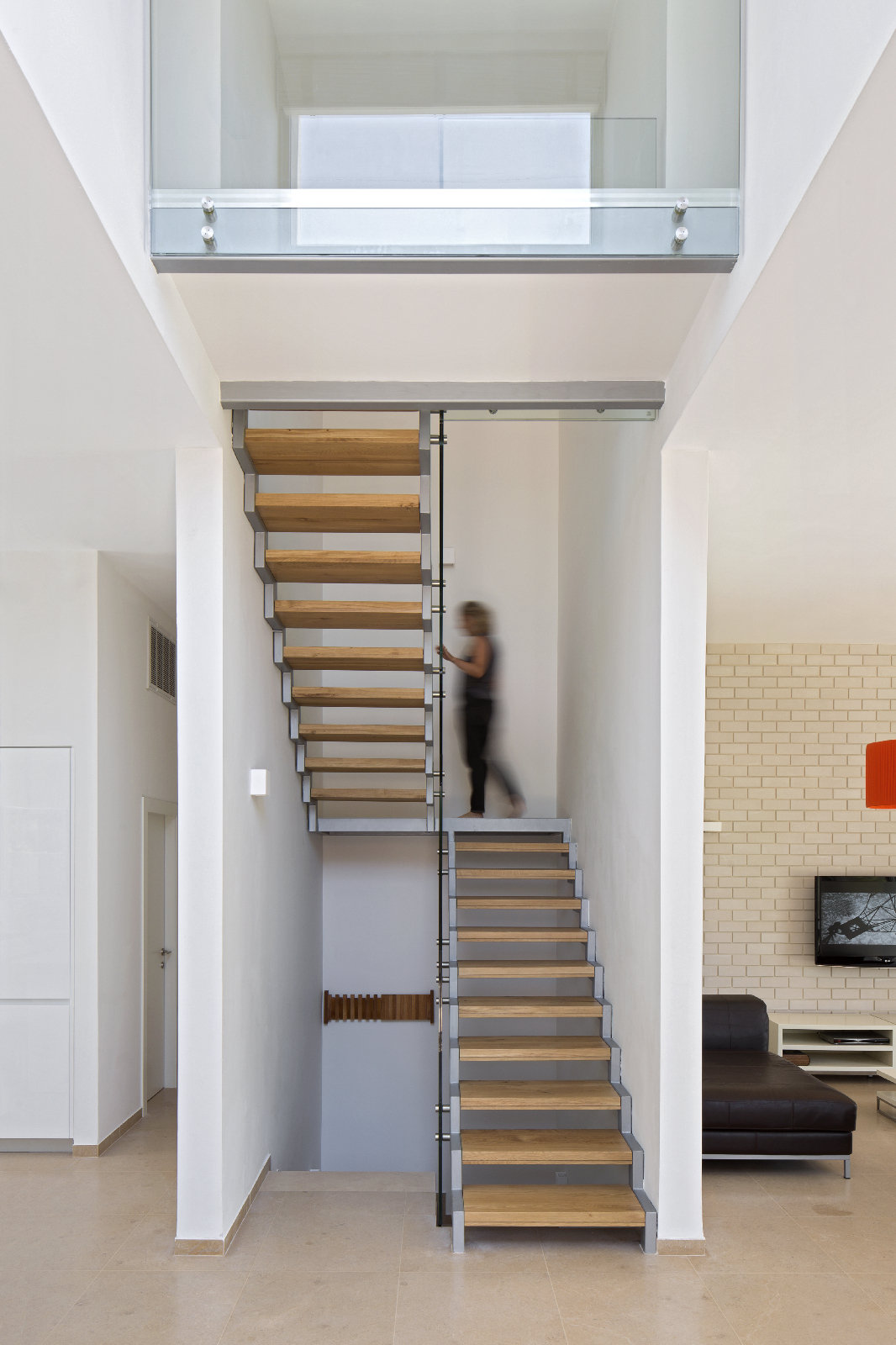 מדרגות עץ וברזל בחלל כפול
