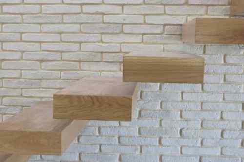 מדרגות עץ מרחפות