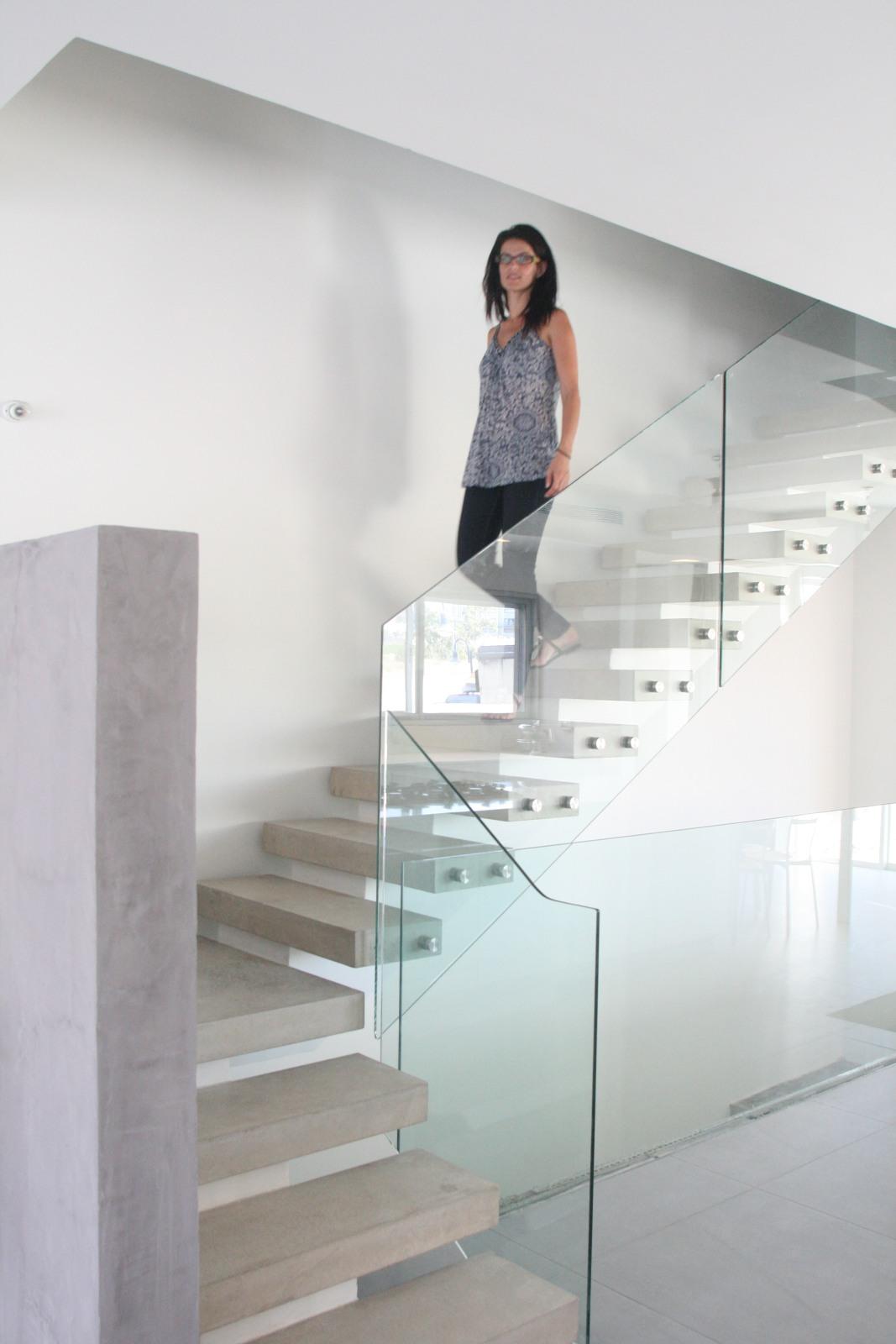 מדרגות בטון מרחפות. אדריכלות מודרנית בשוהם