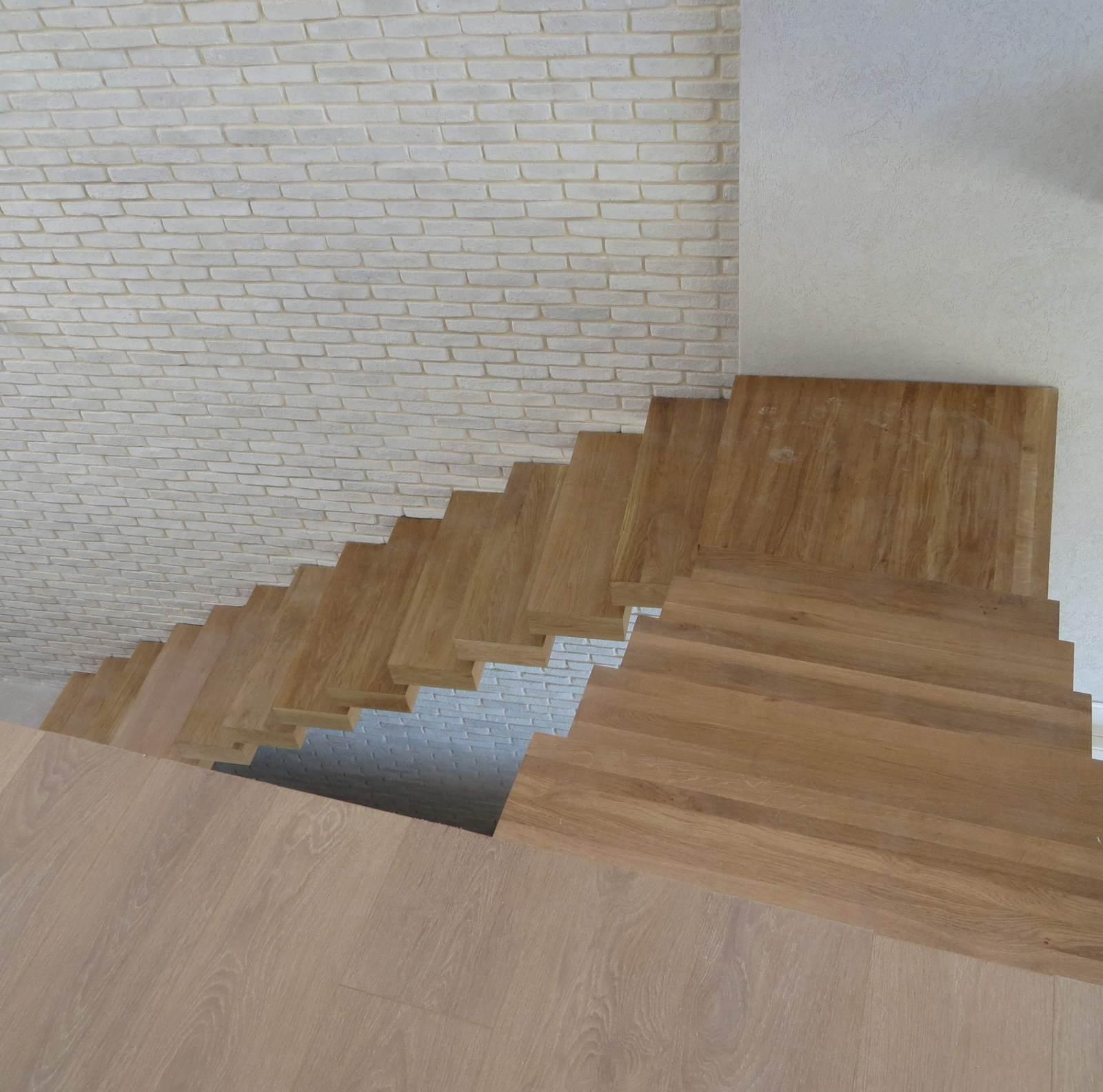עיצוב מדרגות עץ וקיר לבני סיליקט