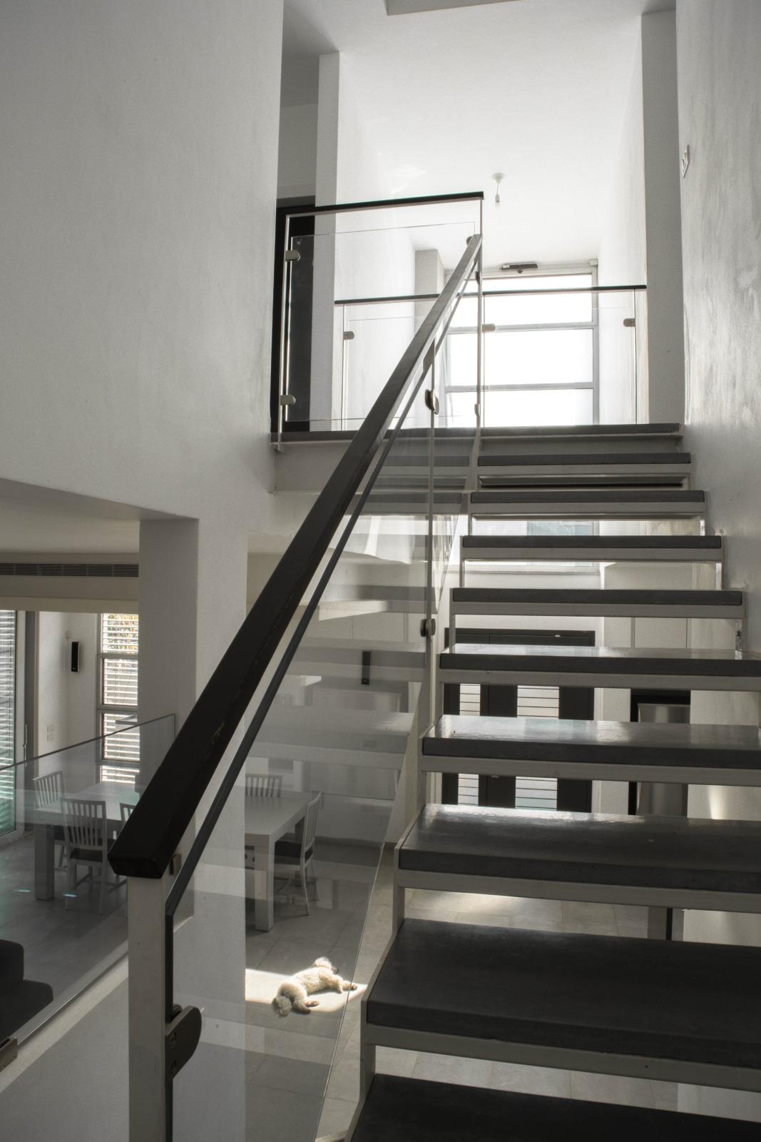 מדרגות ברזל ובטון. אדריכלות מודרנית