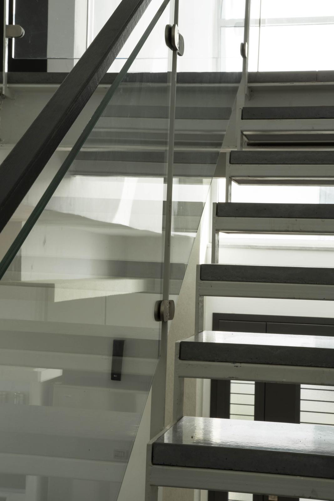 מדרגות ברזל ובטון. השתקפויות באדריכלות