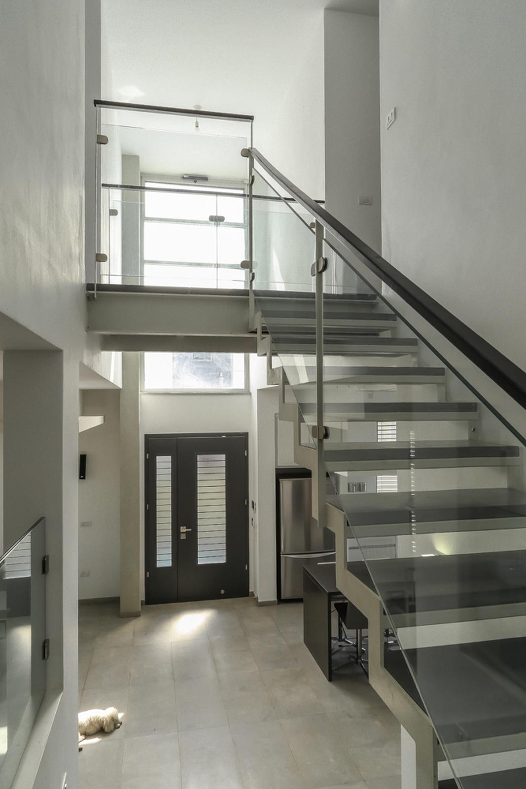 חלל כפול ומדרגות ברזל ובטון. בחירת חומרי גמר