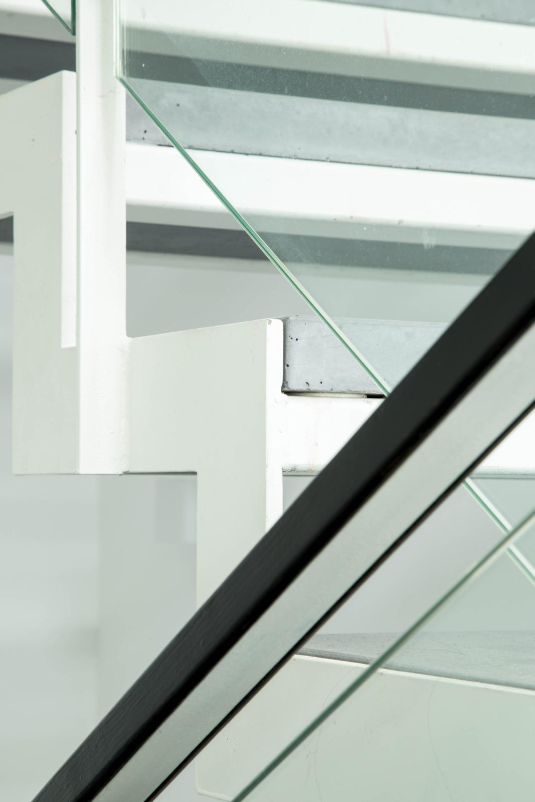 מדרגות ברזל ובטון. אדריכלות מינימליסטית בשוהם