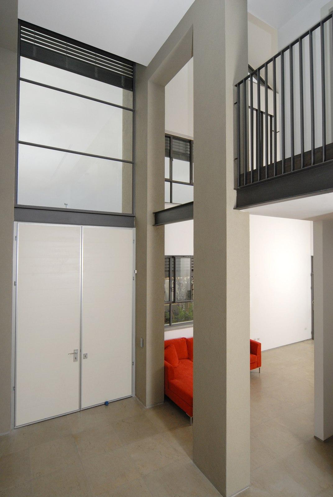 חלל כפול ודלת כניסה גדולה. אדריכלות עכשוית