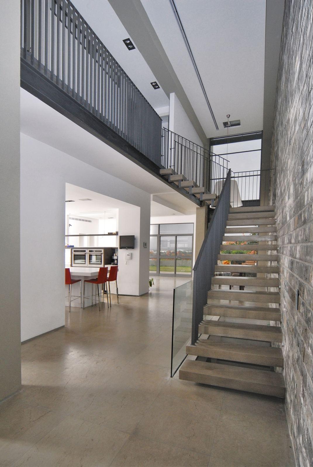 חלל כפול עם מדרגות בטון תלויות. בחירת חומרי גמר בשוהם