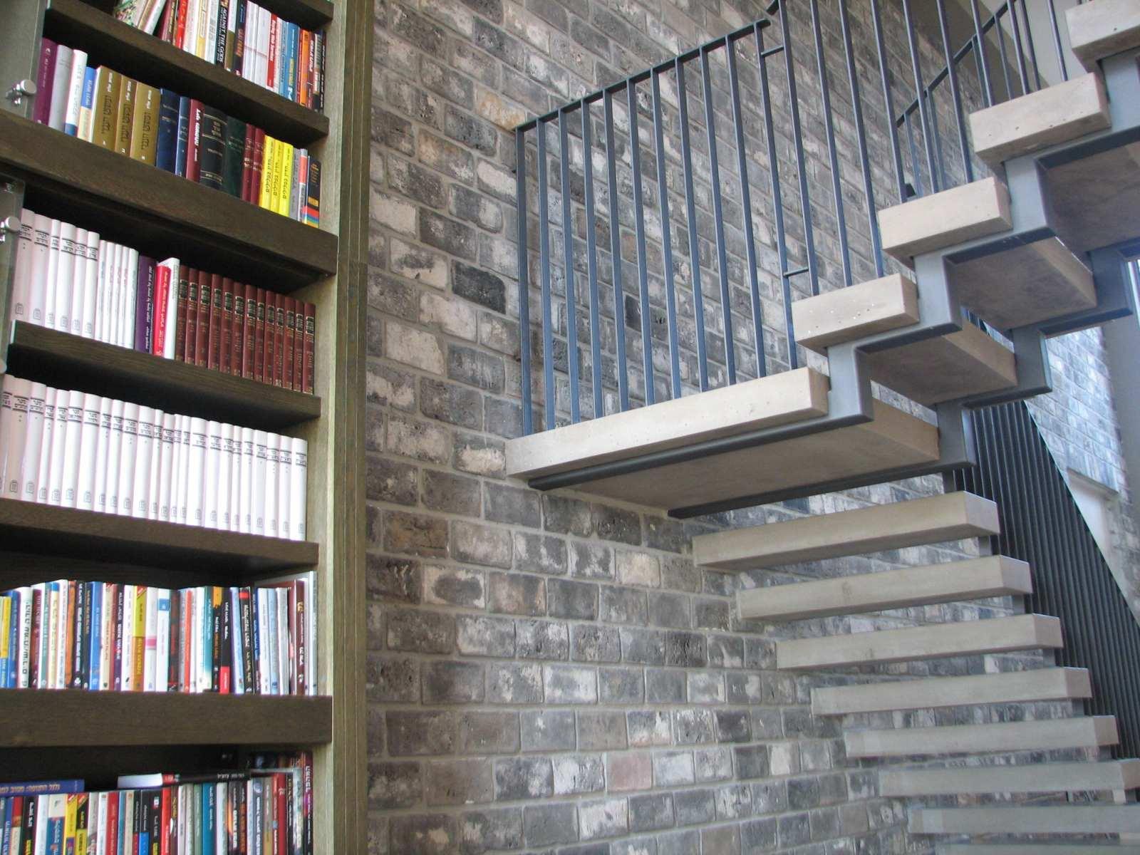 מדרגות בטון תלויות וספריית עץ. בחירת חומרי גמר בשוהם