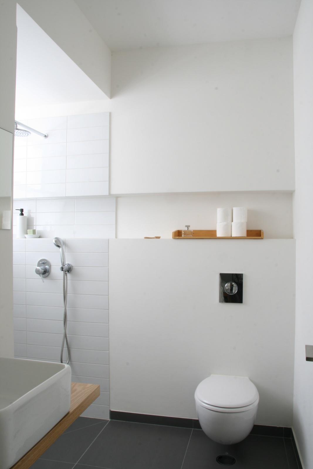 שילוב עץ לבן ושחור במקלחת