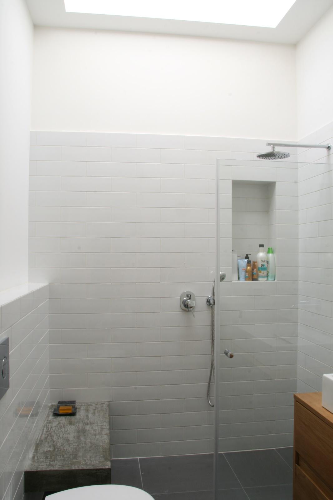 ספסל בטון וסקיילייט במקלחת